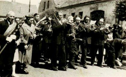 BozeCialoOrkiestraRynekGebice-pozne-1950